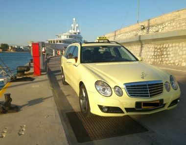 Wagon Private Transfer from the Airport to Piraeus port
