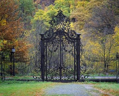 estate entranceSecret Gardens, Wrought Iron Gates, Modern Gardens Design, Dreams House, Gardens Gates, Iron Fence, Interiors Gardens, Old Gates, Fairies Tales