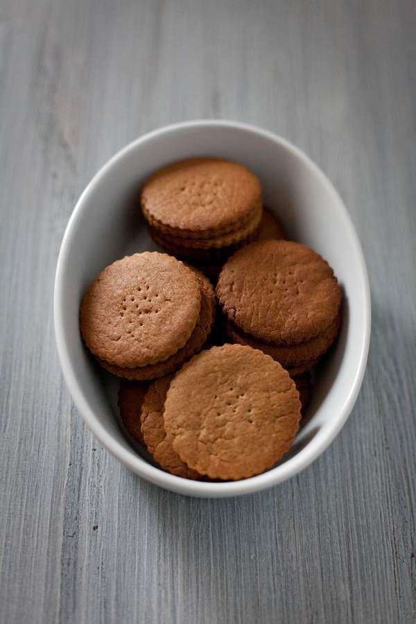 Biscotti secchi fatti in casa.  Biscotti senza olio di palma, fatti in casa, davvero semplici da realizzare. Oggi vi proponiamo una ricetta per preparare in casa con soddisfazione dei biscotti secchi fatti in casa con farina integrale che ricordano molto i biscotti del tipo Digestive.