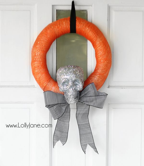DIY Skull Halloween Wreath via @Lolly Jane {lollyjane.com}