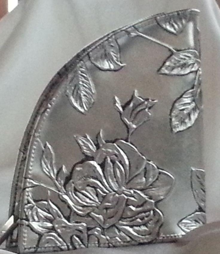 Für Geldbörsen -  Freaks: Leder mit silberner Auflage im Rosen - Design.