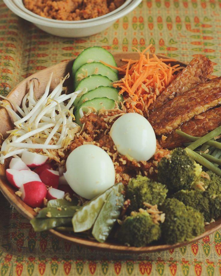 In Bali wordt gado gado gemaakt met gestoomde groenten. Je kiest je eigen favoriete veggies. Hierbij de lekkerste healthy gado gado met homemade pindasaus! #gadogado www.eatpurelove.nl