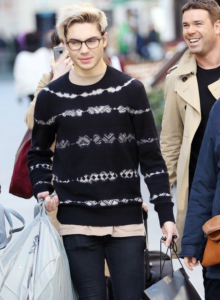 | EX UNION J MEMBER GEORGE SHELLEY OUT SHOPPING ALONGSIDE HAPPY FANS | http://www.boybands.co.uk