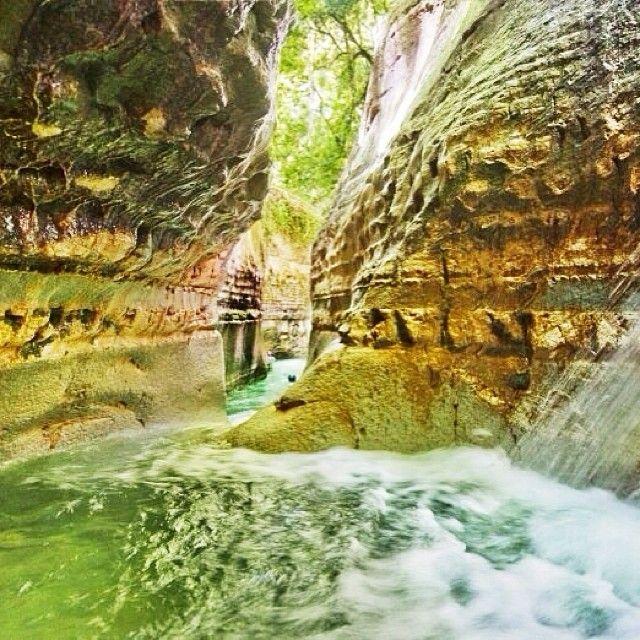 Los 27 Charcos Damajagua: Sumido en las hermosas colinas onduladas de la cordillera central, El Salto de la Damajagua y sus 27 charcos forman parte del sistema de áreas protegidas de la Republica Dominicana. Este monumento natural del río Damajagua esta compuesto de 27 saltos de diversos tamaño. El río Damajagua, proveniente de la Cordillera Septentrional, tiene una sección conocida con caídas de agua de alrededor 12 o 13 metros de altura, que forman a su vez, cortinas de agua y piscinas…