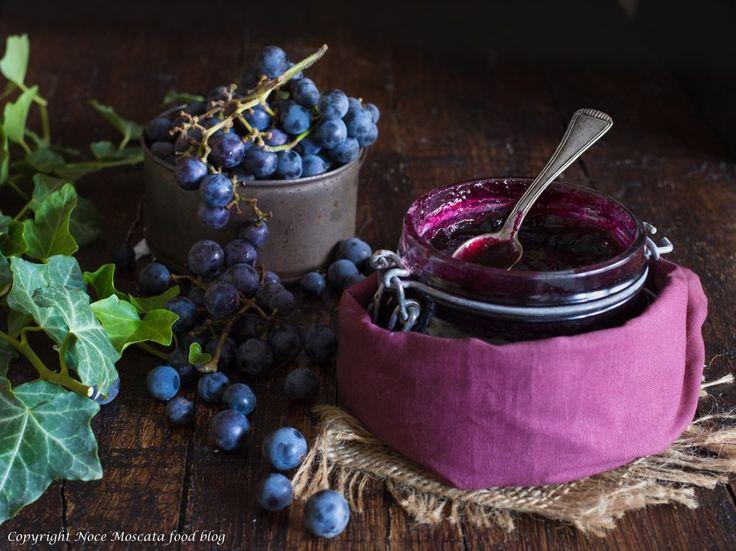La confettura di uva fragola è una vera delizia, da gustare a cucchiaini o come farcitura per tutti i vostri dolci, facilissima da preparare!