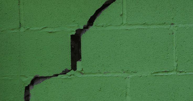 Materiales necesarios para rellenar un agujero de bloque de cemento en el sótano. Parchar diferentes tamaños de agujeros en bloques de concreto requiere de materiales diferentes. La masilla para parchar llena pequeñas grietas y agujeros en los bloques de hormigón con facilidad. El compuesto de reparación de fraguado rápido para concreto llena defectos de tamaño mediano en una aplicación. Los agujeros más grandes requieren ...