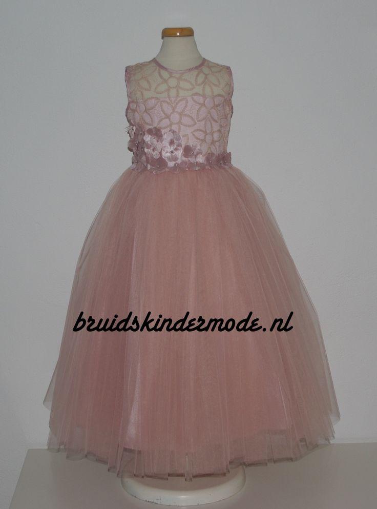 Een bijzonder mooie jurk voor een bruidsmeisje: model Ezda in het oud roze. Met kanten bovenlijfje, bloemetjes in de taille en een superwijde tule rok. Kijk snel op bruidskindermode.nl voor deze en nog veel meer bruidsmeisjesjurken. Trouwen, bruiloft, huwelijk, kinderbruidskleding, kinderbruidsmode, bruidskinderen, bruidskinderkleding, kinderfeestkleding, communiejurk, communiekleding.
