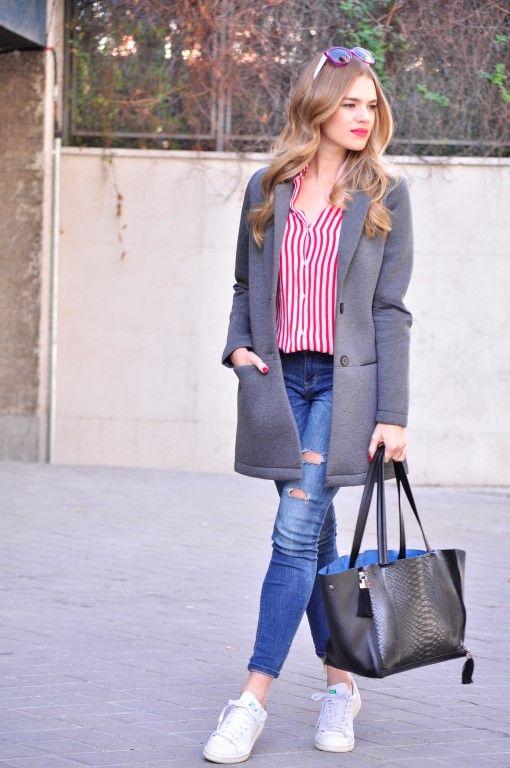 Abrigo gris, camisa a rayas rojas y stan smith de Adidas . Look Honey dressing