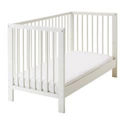 IKEA - GULLIVER, Spjälsäng, , Sängbottnen kan monteras i två olika höjdlägen.En spjälsida kan monteras bort när barnet blir större och själv kliver i/ur spjälsängen.Ditt barn kan sova både tryggt och bekvämt eftersom de slitstarka materialen i spjälsängsbottnen har testats för att ge kroppen rätt stöd.Spjälsängsbottnen har bra ventilation med god luftcirkulation vilket gör att ditt barn får ett behagligt sovklimat.