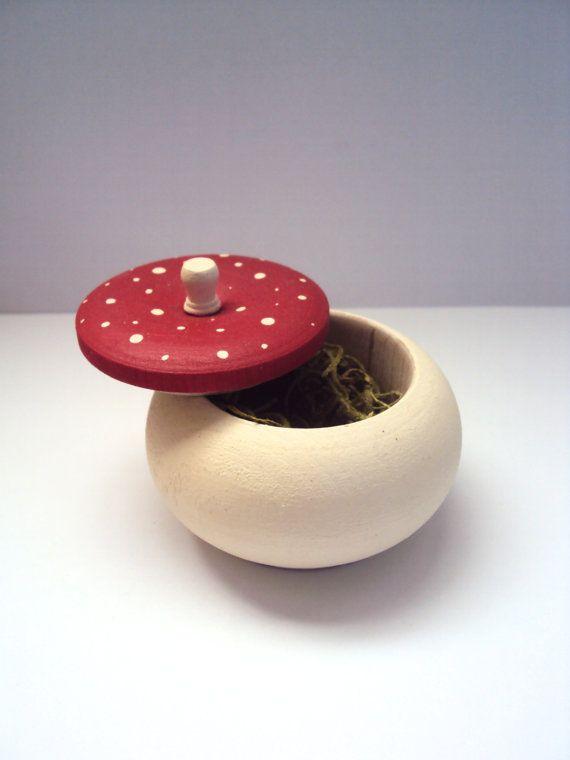 Eine winzige Pilz Schmuckstück-Box gefüllt mit erhaltenen Spanisch Moos, perfekt für Fee oder Wald-Dekor.  Diese sehr kleine handbemalte Holzkiste ist perfekt für Ringe, Teenie Geschenke, oder einfach als Dekoration selbst.  Macht auch eine schöne Zahnfee-Box!  Misst ca. 1 1/2 Zoll groß und 2 1/4 Zoll breit (4 cm hoch, 6 cm breit). Versiegelt mit einem Satin verschwinden für Erhaltung und Schutz. Moos ist abnehmbar.  Hinweis: kleine Pilze sind nicht enthalten.  Danke, dass du schon!...