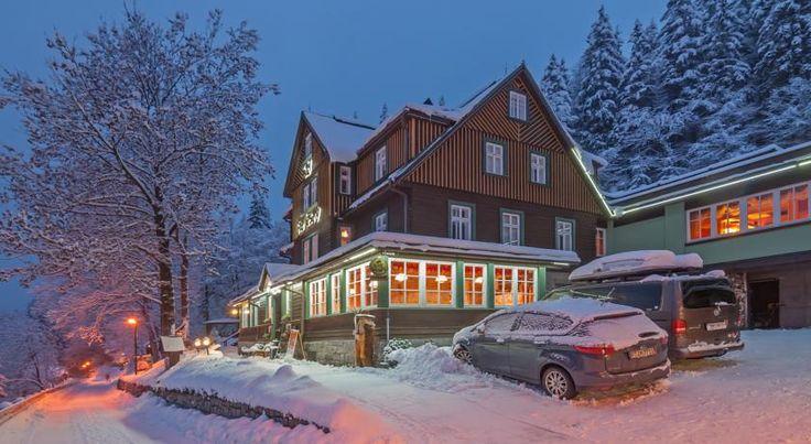 Inmitten des Nationalparks Riesengebirge empfängt Sie das Hotel Pod Jasany in nur 1 km Entfernung vom Zentrum des Skigebiets Špindlerův Mlýn...