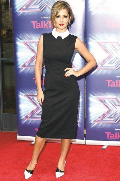 Британската изпълнителка Шерил Коул с тясна черна рокля, която комбинира с подвижна ретро бяла яка.
