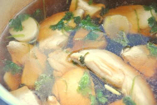 Куриная грудка и бурый рис с брокколи, чесноком и перцем чили
