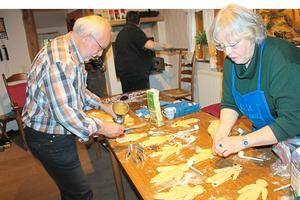 Backkunst zu Nikolaus:Mitglieder des Heimatvereins haben am Dienstag im Spieker Stutenkerle gebacken – naütrlich im alten Steinbackofen.
