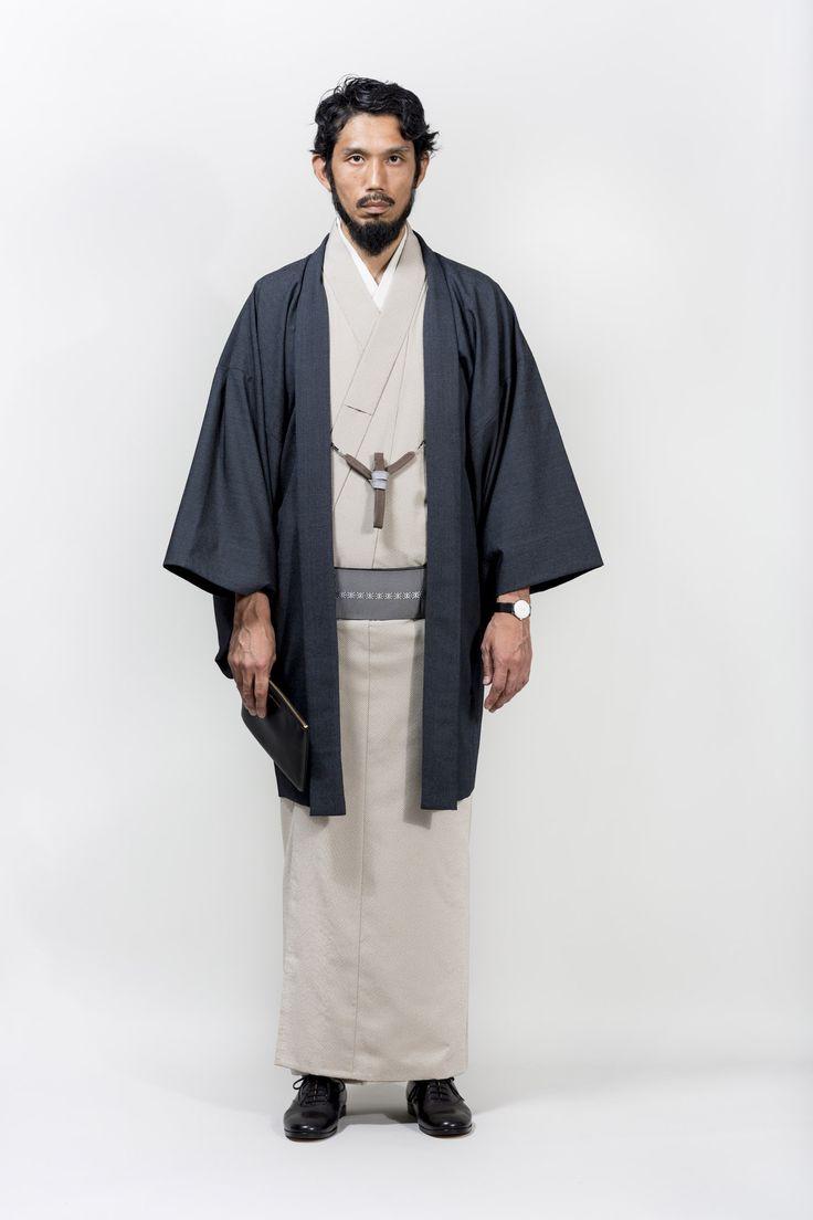 Y. & SONSコレクションより。たて糸にシルク、よこ糸にウールが入っていることで、生地の落ち感に優れ、上品な光沢としなやかな風合いが特徴のアイテム。カジュアルな装いにも、また同色の羽織でセットアップすることでフォーマルな装いにも着られる。遠目には無地に見えるほど細かな万筋模様。素材:たて 絹100% よこ ウール90% ナイロン10%仕立:単衣(男女)寸法:ご注文確認後、弊店よりご連絡させていただきます。納期:寸法確定後、約2週間※ 価格は仕立て代込です。※ 光沢と風合いを長持ちさせるためにもドライクリーニングをおすすめします。※ クリーニングは弊店でも承っております。お気軽にご相談ください。