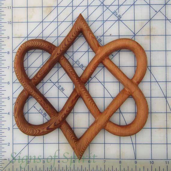 Nudo estilizado de cuatro corazones-celta tallado por signsofspirit                                                                                                                                                                                 Más