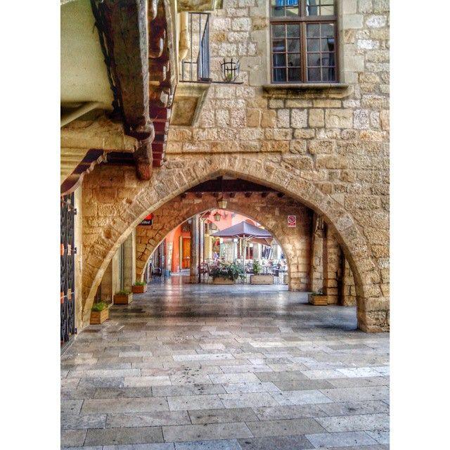 Plaza Major by @montblancmedieval #montblancmedieval #Tarragona #Montblanc #Catalunya #Cataluña #Catalonia #Catalogne #turisme #tourisme #turismo #tourism #trip #travel #viatjar #viatge #viajar #viaje #urban #urbano #urbà #arquitectura #architecture #street_photography #citycenter #plaza #plaça