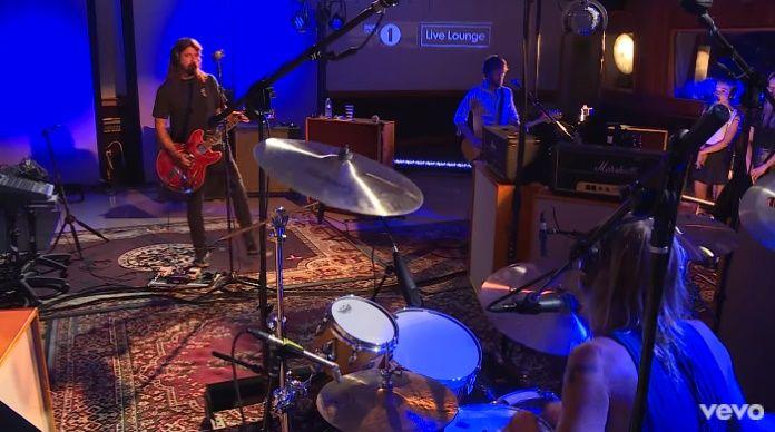 Com direito a coral, Foo Fighters toca música nova, hit e AC/DC na BBC
