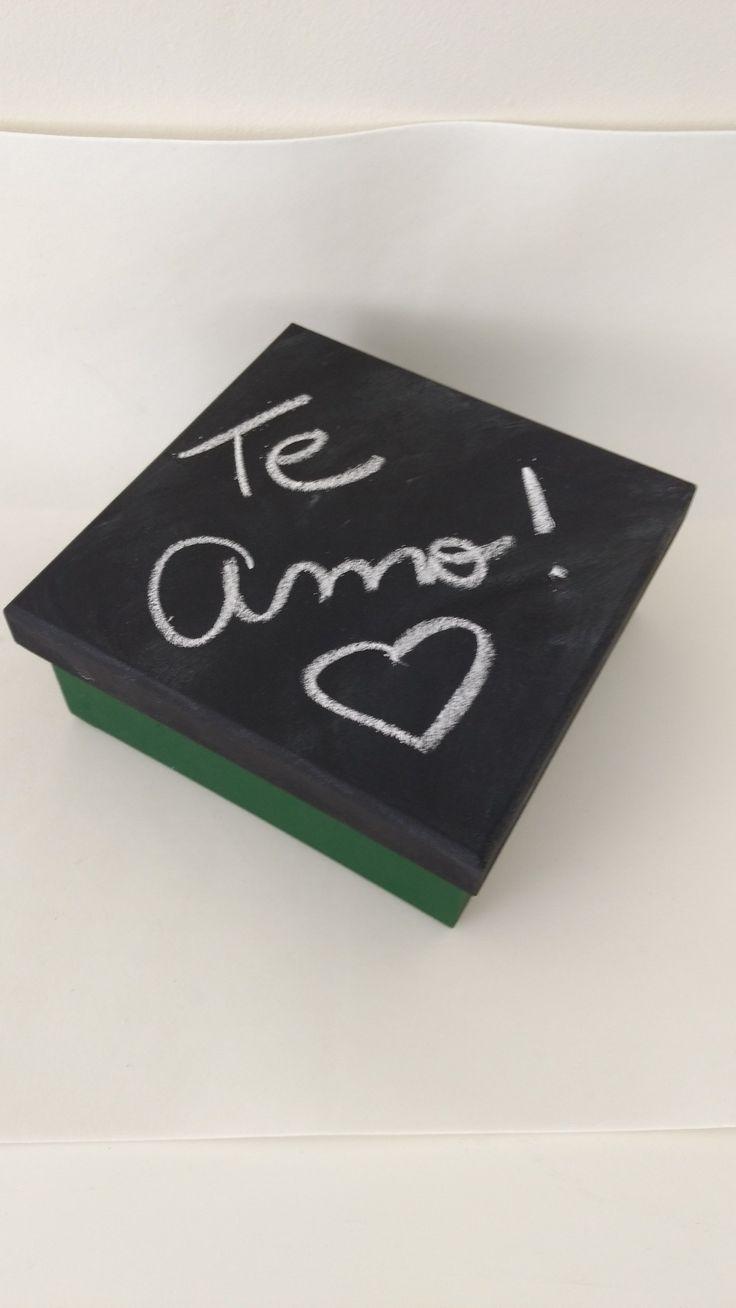 Caixa chalkboard para deixar recados e objetos...Tb pode ser porta celular quando as visitas forem em casa. Super diferente e criativo!!!