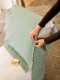 Técnicas para tapeçaria comum Instruções de estofamento em Better Homes and Gardens. Em poucas palavras: Tira o presidente de seu tecido original e usar as peças como padrão. Em seguida, fixar as peças lados errados para fora na cadeira. Retire a tampa presa e costurá-la em conjunto, com welting reforçando as costuras. Coloque tampa costurado para trás na cadeira. Ele deve se encaixar como uma luva!