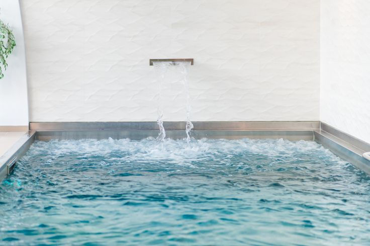 Stainless steel pool with skimmer