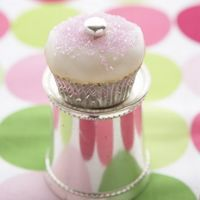 These sparkling cupcakes have champagne in them!