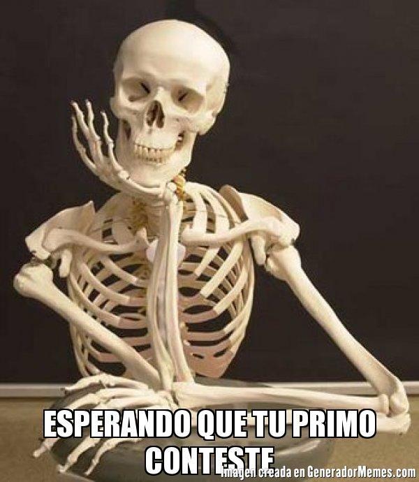 ESPERANDO QUE TU PRIMO CONTESTE  - Meme esqueleto