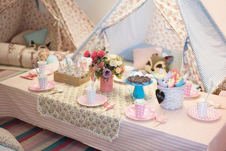 A sala virou um acampamento, lúdico e estampado, para abrigar 10 meninas. GABI ganhou uma festa do pijama com tendas da RABO DE LOBO FESTAS.