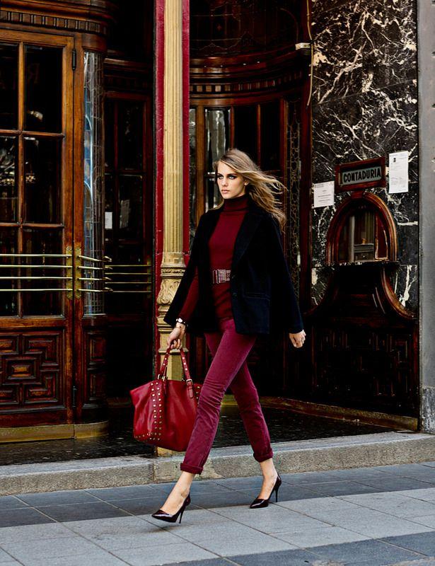 Look sofisticado: pitillos, jersey de cuello cisne y capa. Tonos Burdeos