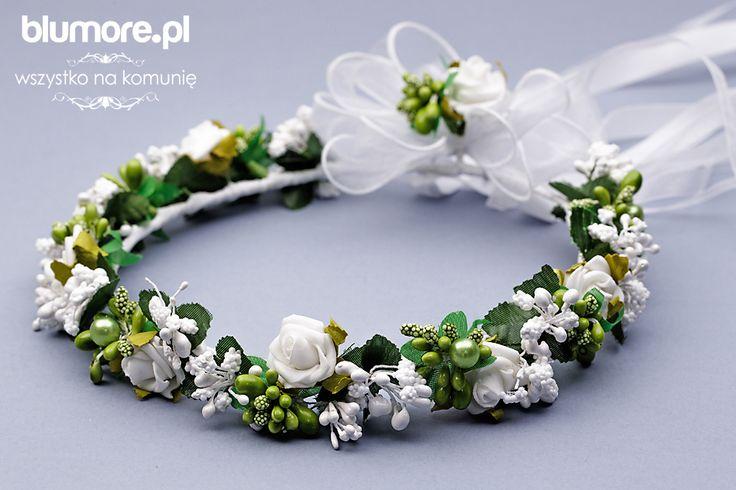 Śliczny wianek komunijny, który swoim designem nawiązuje do uroków natury. Kompozycja składa się wielu zielonych elementów, tj. listków, pęków kwiatów, szyszek. Całość wykończona jest wdzięcznymi, białymi różyczkami. Wianek wygląda jak żywy. Polecamy!   Cena: 85,00 zł   Link do sklepu: http://tiny.pl/g7lr3