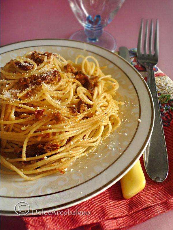 Spaghettini al pesto di pomodori secchi con i profumi tradizionali mediterranei. Spaghettini with pesto of dried tomatoes with traditional Mediterranean scents
