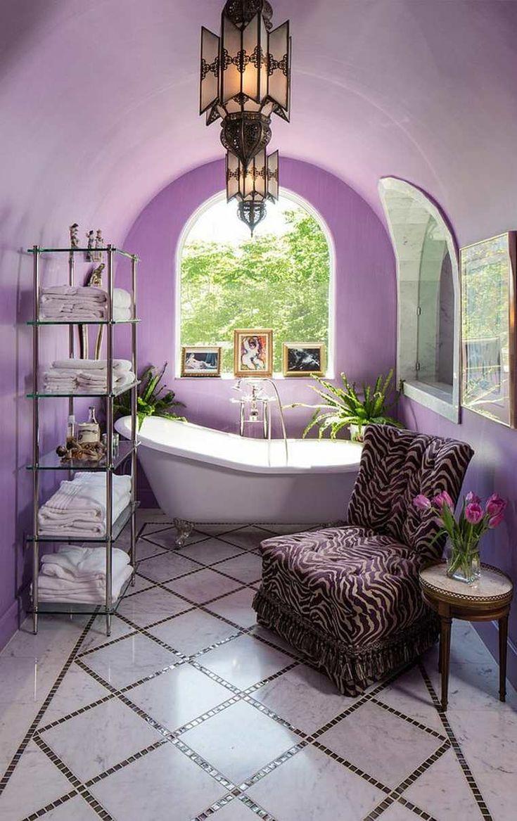 salle de bain pierre intérieur violet lampe suspendu design baignoire blanche déco canapé léopard