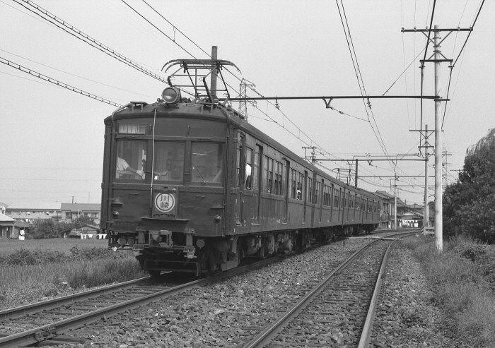 正面非貫通のクモハ11。 南武線沿線はのどかな風景。 1964年(昭和39年)登戸~中野島