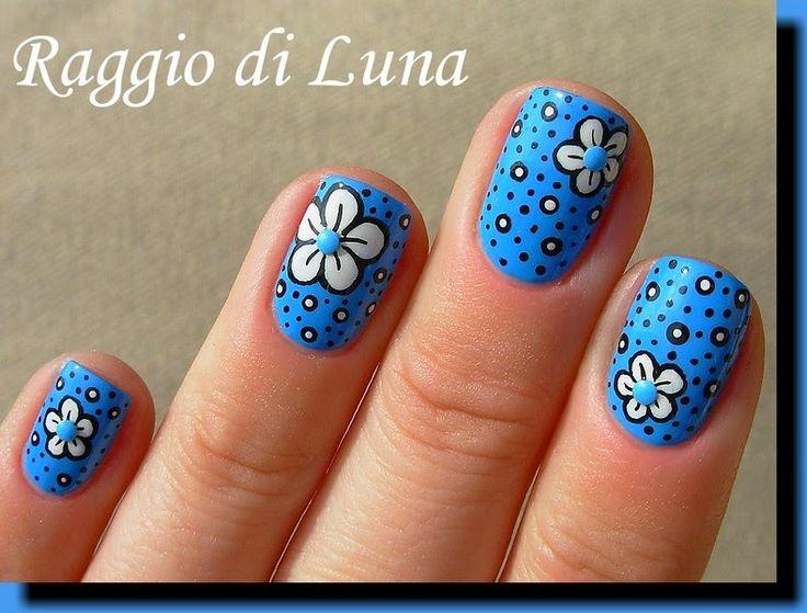 White flower with dots on sky blue - Raggio di Luna Nails