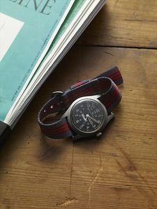 写真:<strong>(写真1)</strong>筆者の私自身が、30年以上愛用している腕時計ハミルトンのカーキ。ガラスのキズが、自分自身のものであることの証明のように感じられる。いま装着しているリボンベルトは、アメリカで購入したブルックス ブラザーズのもの。(撮影/西澤 崇)