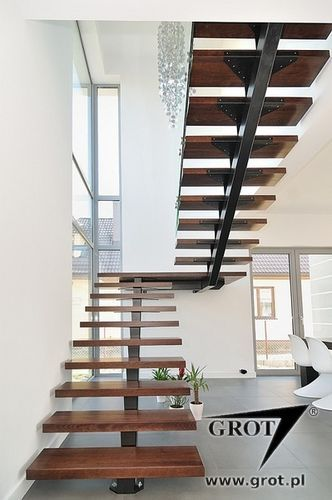 Half turn staircase with a central stringer metal frame and wood steps inga - Tete de marche escalier ...