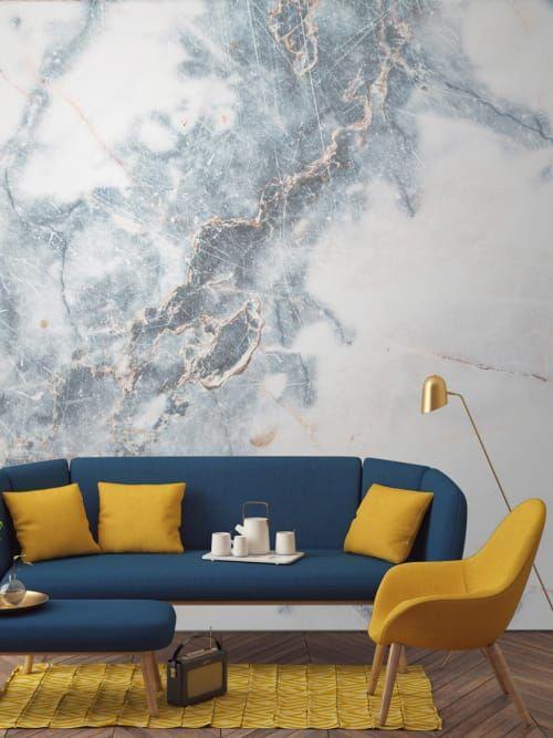 Feminine, helle Marmor-Tapete als perfekter Kontrast zu den bunten Möbeln im Retro-Stil.