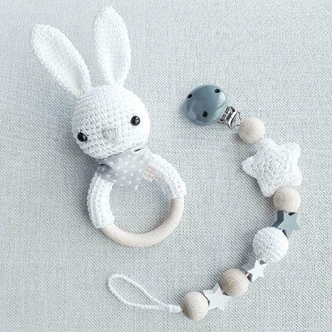 Ganz neutral, aber nicht weniger süß :-) Set aus Hasenrassel in weiß mit grauem Handtuch und passender Schnullerkette @alunia.555  #häkeln #gehäkelt #crochet #madewithlove #handmade #handmadewithlove #mitliebegemacht #weiß #grau #rassel #schnullerkette #hase #stern #baby2016