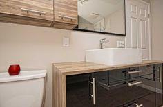 NOIR, BLANC, BOIS Mélamine haute gamme (Brillanté noire), stratifié effet bois vieilli, cette salle de bain aux lignes épurées est fonctionnelles et offre beaucoup de rangement. Fournisseurs: Ceratec, Styl Solution, Céramique Décor et Déco Luminaires.