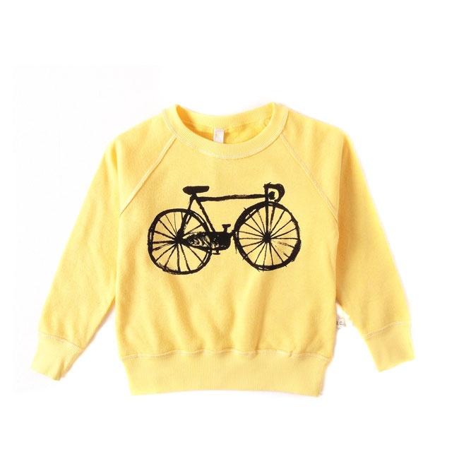 Bobo Choses sweater  Bij Littlefashionaddict zijn we grote fans van Bobo Choses, onweerstaanbare creativiteit en dankzij zijn leuke, poëtische en grafische ontwerpen een top collectie. Mooie gele sweater met print van fiets.