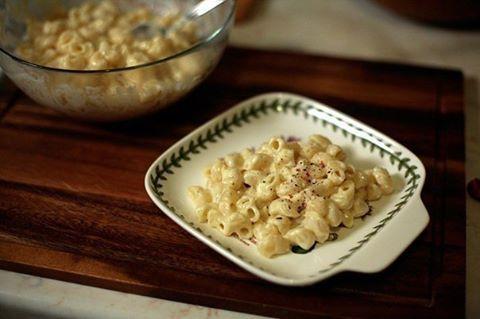 Макароны с сыром.  ИНГРЕДИЕНТЫ макароны 300 г сыр 400 молоко коровье 450 мл мука 60 г масло сливочное 50 г соль 1/2 ч.л. специи по вкусу  ПРОЦЕСС ПРИГОТОВЛЕНИЯ  Подготовить ингредиенты. Первым делом поставить варить макароны: на 100 г пасты необходим 1 л кипятка и 10 г соли. Варить, следуя инструкции на упаковке.  Сыр (подойдет полутвердый) натереть на крупной терке.  В сотейнике растопить сливочное масло, постоянно помешивая лопаточкой.  Добавить муку.  Хорошо вымешать.  Влить молоко…