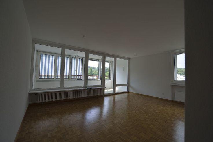 Wohnbaugenossenschaft Aarau 1961  Zu vermieten ab 15.11.2016 an der General Guisan-Str. 60 in Aarau eine grosse  2-Zi-Wohnung im 8.OG (ca. 60 m2)  – Beteiligung am Genossenschaftskapital  (Fr. 8'000.- / 3% Verzinsung) – Wohnzimmer mit Parkettboden – neuwertige Küche mit GK und GS – modernes Badzimmer – sep. WC – verglasten Balkon – Keller – Lift  Einstellplätze sowie Abstellplätze können dazugemietet werden