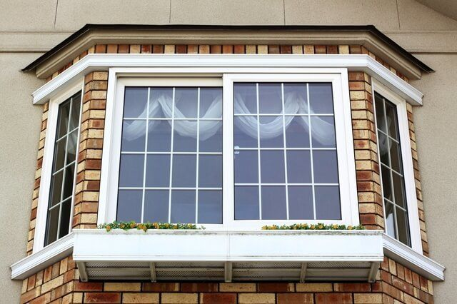 出窓のある家 にリフォームしたいと憧れた経験はありませんか 外観にも内観にも風格を与える出窓 は 見た目の良さが大きな魅力です しかし一方で 取り付ける位置が悪かったり 断熱対策を行っていないと 後悔してしまうこともあります 出窓の種類と リフォームする