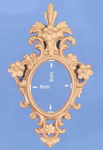 Espejo de pequeño formato decorado con flores y penacho  Medidas:  Ext. 18 x 13 cm  Int. 8 x 6 cm - Fabricado y decorado artesanalmente con un material innovador resistente y ligero como es la resina de poliuretano. Tiene un tacto semejante a la madera pero sin sus inconvenientes. Precio: 20 euros #decoracion con encanto #Espejos