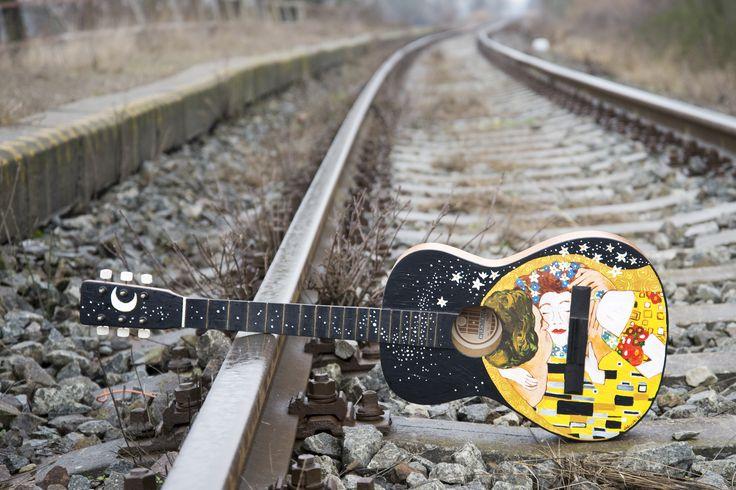painted guitar maľba na starej nefunkčnej gitare - obraz od G. Klimta Kiss/ Bozk