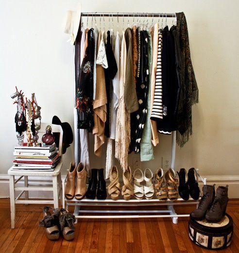 Que garota nunca quis viver numa loja cheia de roupas da moda? Uma tendência de decoração que pode trazer um pouco desse sonho para dentro do seu quarto é o uso das araras de lojas e backstages de …
