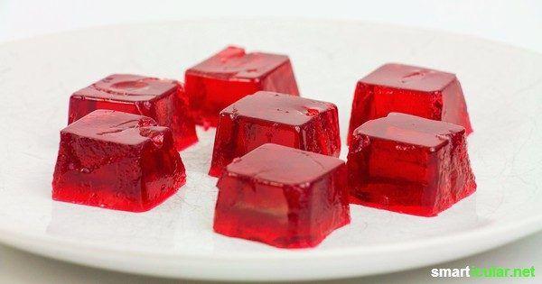 Gummibärchen im Handel enthalten Gelatine und künstliche Zusatzstoffe. Diese veganen Fruchtgummis mit Fruchtsirup kannst du einfach selbst herstellen.