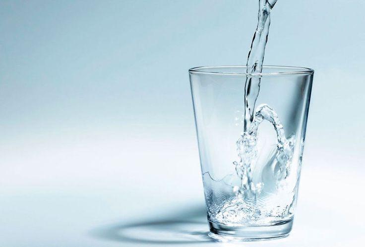Všichni víme, že je potřeba pít vodu. Jenže často snadno zapomeneme. Tak co dělat? Vzdát se? Není třeba. Pití vody nemusí být stresující ani nudné. Existuje celá řada neobvyklých způsobů, jak vypít víc vody. A možná to bude dokonce zábava. Tak jdeme na to. Střídejte teplotu vody, kterou pijete Někdy přijde studená voda vhod. Ale …