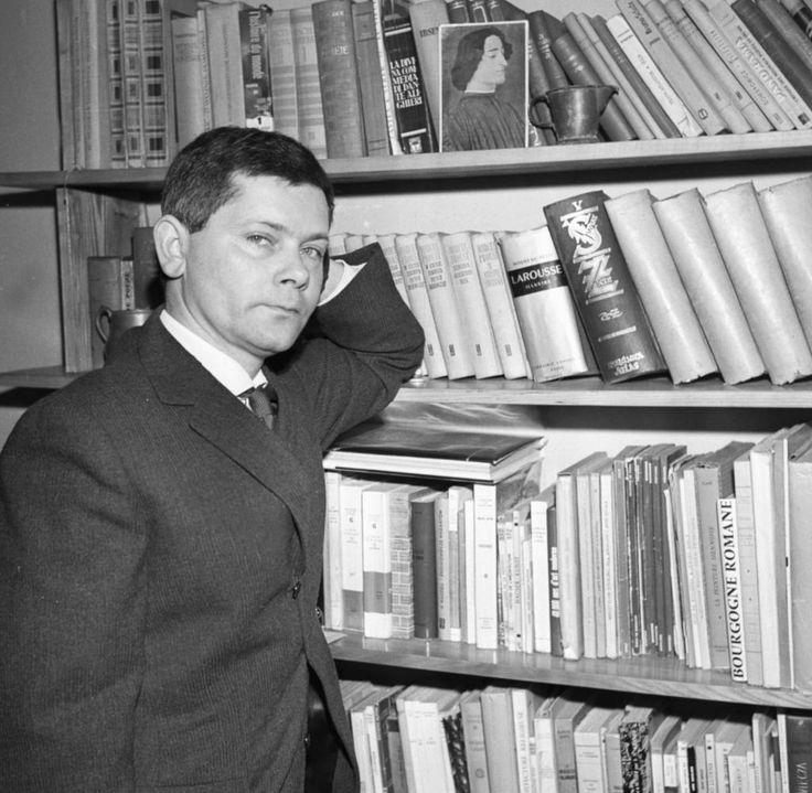 Der Lyriker Zbigniew Herbert wurde 1924 im damals polnischen Lemberg (Lwów) geboren und starb 1988 in Warschau. Die Aufnahme zeigt ihn im Jahr 1963