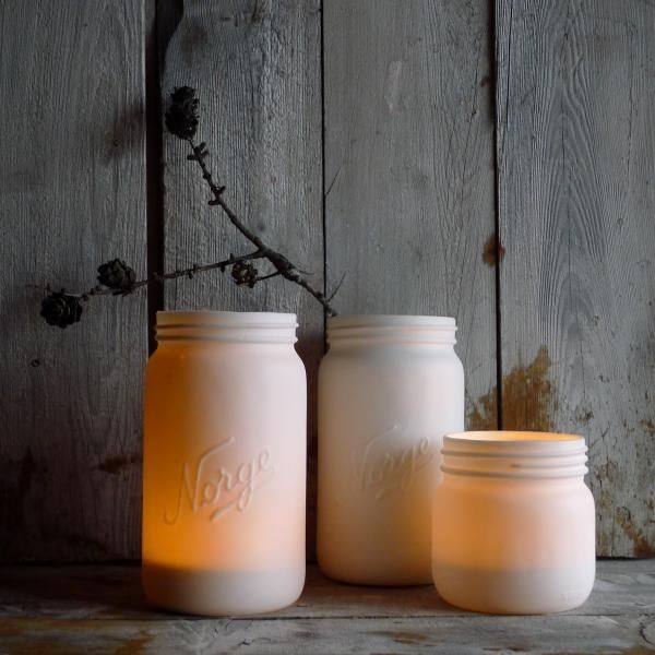 #Norgesglasset kommer også i porselen. Her med stearinlys. Du kan også oppnå samme uttrykk ved å spraymale gamle Norgesglass med matt hvitfarge. Utrolig stilfult og lekkert! Med et element fra naturen blir dette en liten installasjon i seg selv.